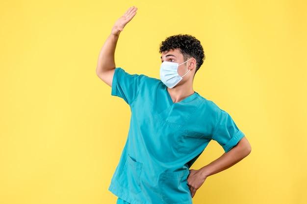 Visione frontale dottore il dottore saluta il paziente con coronavirus