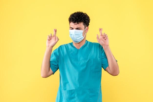 Medico di vista frontale il dottore spera che le persone si riprenderanno dal coronavirus
