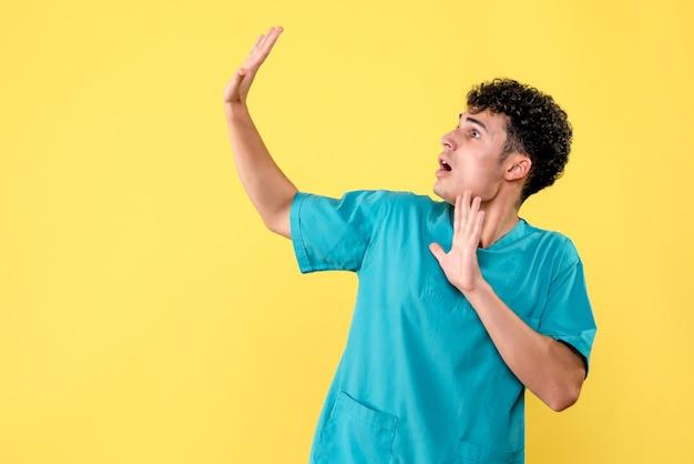 Vista frontale un dottore il dottore ha paura dell'inizio della quarantena