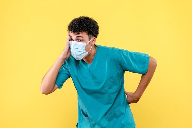 Visione frontale medico il medico è sorpreso dalla situazione del coronavirus