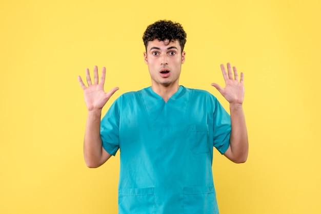 Medico di vista frontale il medico è sorpreso che ci siano persone che non si lavano le mani