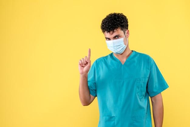 Visione frontale del medico il dottore parla dei pericoli dell'infezione da coronavirus