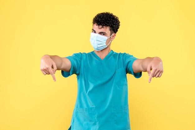 Medico di vista frontale il medico sta parlando della pandemia