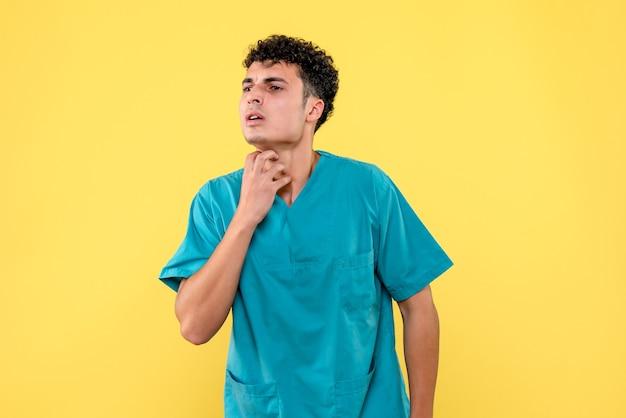 Vista frontale un medico il medico sta parlando di malattie della pelle Foto Gratuite