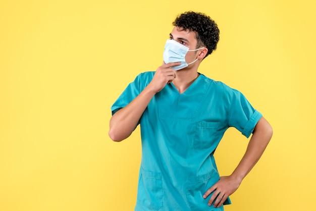 Visione frontale medico il medico sta pensando alla situazione con covid- con i colleghi