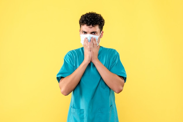 Medico di vista frontale il dottore in maschera chiede alle persone di pensare alla situazione
