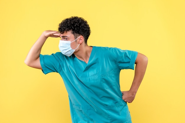 Visione frontale dottore il dottore in maschera crede nell'invenzione di un vaccino contro covid-