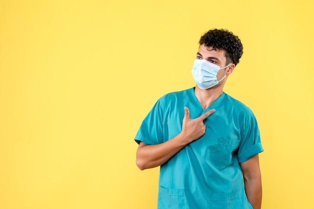 Vista frontale il dottore il dottore in maschera incoraggia le persone a osservare le norme igieniche