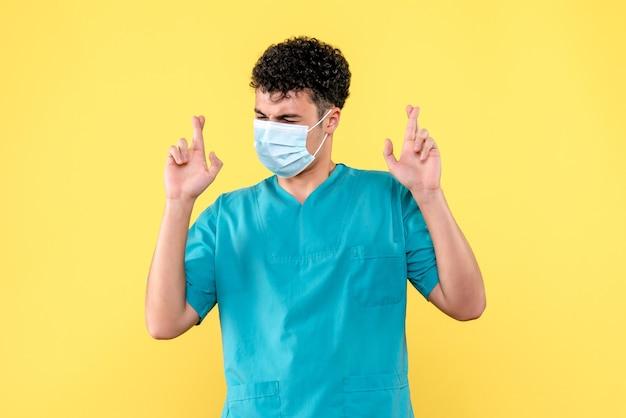 Dottore di vista frontale il dottore in maschera spera che lo stato di salute dei pazienti sia migliorato