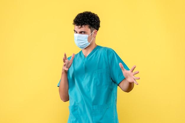 Medico di vista frontale il medico con la maschera è arrabbiato a causa delle persone che non si lavano le mani