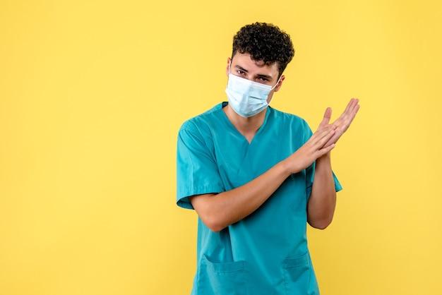 Medico di vista frontale il dottore in maschera sta parlando di lavaggio delle mani
