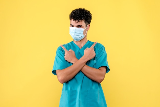 Visione frontale dottore il dottore con la maschera pensa alle conseguenze del coronavirus