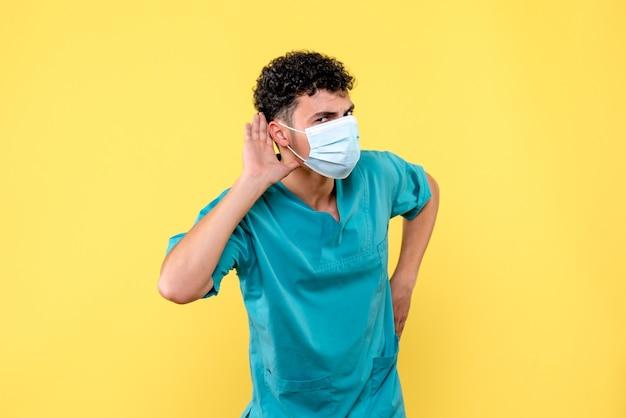 Visione frontale medico il dottore in maschera ascolta i reclami del paziente con coronavirus