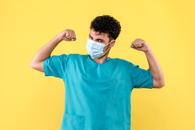 Visione frontale dottore il dottore in maschera parla alla gente che è importante lavarsi le mani
