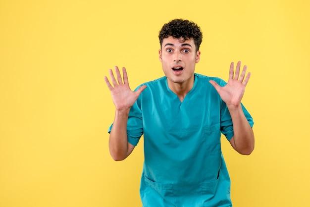 Vista frontale un dottore il medico rassicura le persone che la pandemia passerà presto
