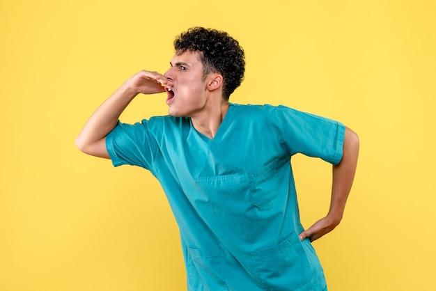 Vista frontale un medico il medico parla dell'importanza di aderire alle regole ospedaliere