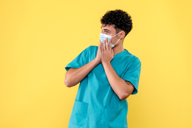 Medico di vista frontale il dottore esorta le persone sulla nuova ondata di coronavirus