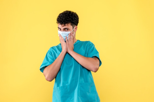 Visione frontale dottore il dottore avverte le persone della nuova ondata di coronavirus