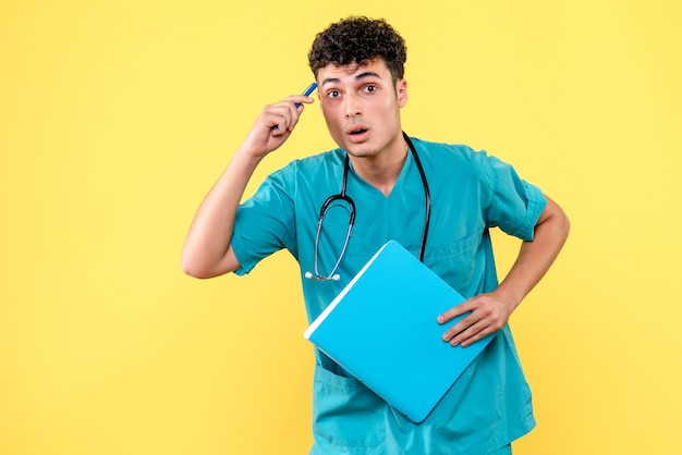 Medico di vista frontale il medico con la cartella con i documenti sta pensando ai suoi pazienti
