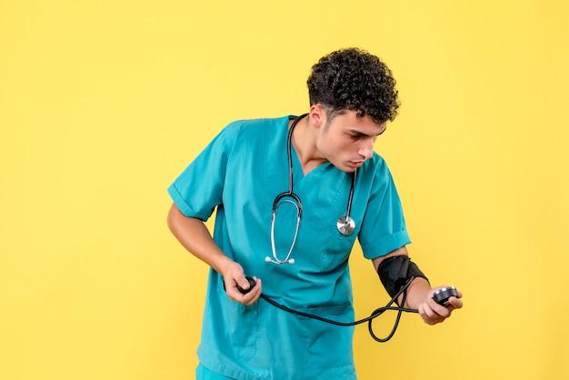 Medico di vista frontale un medico con il fonendoscopio esamina il tonometro