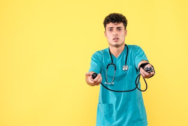 Il medico di vista frontale un medico con il fonendoscopio vuole misurare la pressione