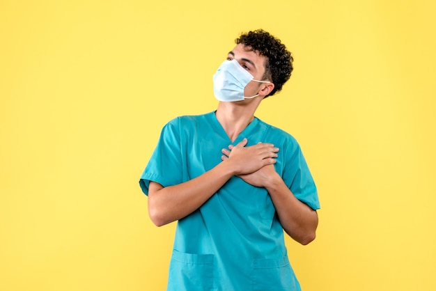 正面の医者医者は彼がコロナウイルスを持つ人を助けることができることを望んでいます