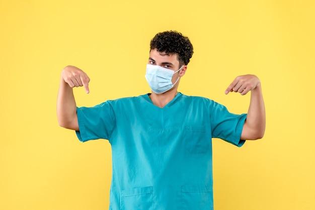 Доктор в маске, вид спереди, отвечает на вопросы о коронавирусе