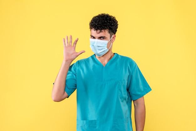 正面の医者マスクの医者が患者に挨拶します