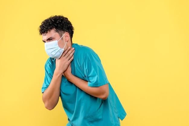 正面の医者マスクの医者は咳をしている