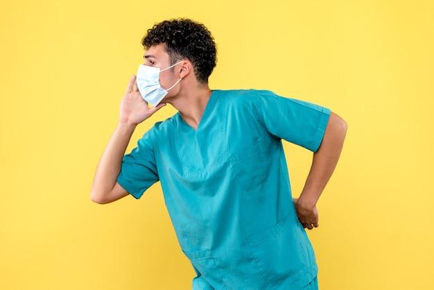 Врач, вид спереди, врач в маске звонит пациентам с covid-