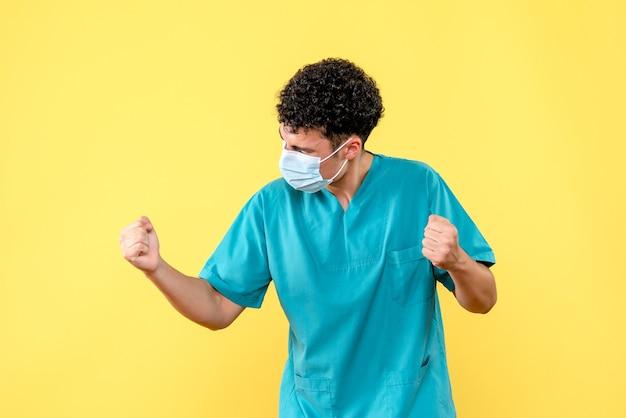 Врач вид спереди врач в маске счастлив, потому что он может помочь человеку