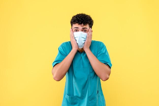마스크의 의사가 코로나 바이러스의 새로운 물결이 시작되었다는 정면보기 의사
