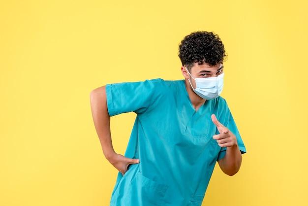 Доктор в маске, вид спереди, говорит, что делать, если у вас болит спина