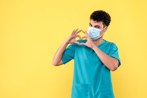 Доктор в маске, вид спереди, говорит, что врачи всегда помогут тем, кому нужна помощь.