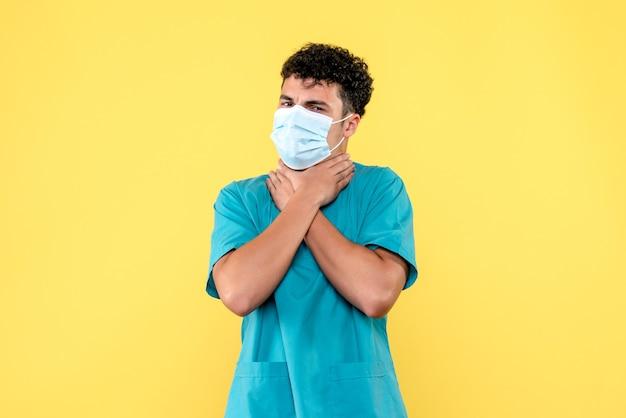 Врач, вид спереди, врач в маске, говорит, что нужно вызвать скорую помощь, если у вас болит горло.