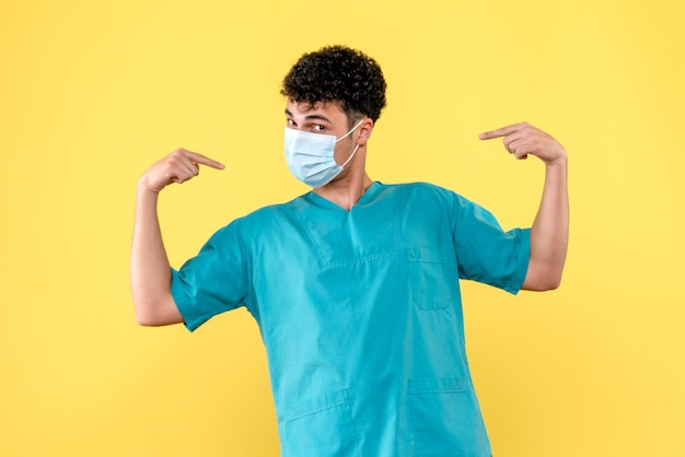 正面図の医者マスクの医者は自分自身を示しています