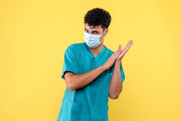 Доктор в маске, вид спереди, призывает людей мыть руки