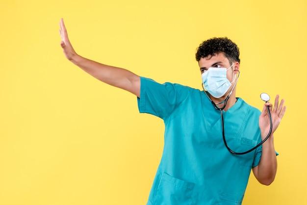 전면보기 의사 파란색 의료 제복을 입은 phonendoscope와 마스크의 의사