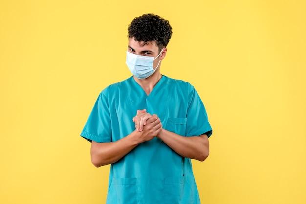 Вид спереди врач в маске говорит, что важно мыть руки