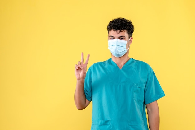 Врач, вид спереди, врач говорит о пациентах с коронавирусом