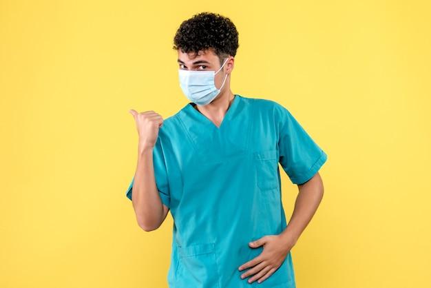 코로나 바이러스 환자의 건강 상태에 대해 의사가 말하는 전면보기 의사