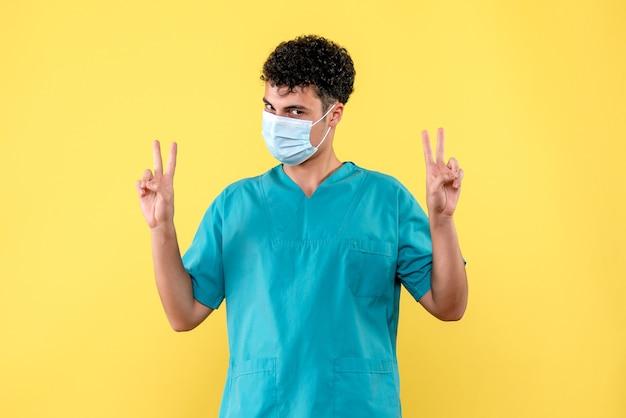Доктор вид спереди врач говорит о новой волне коронавируса