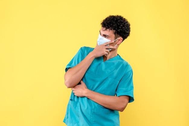 의사가 코로나 바이러스 감염에 대해 생각하고있는 전면보기 의사