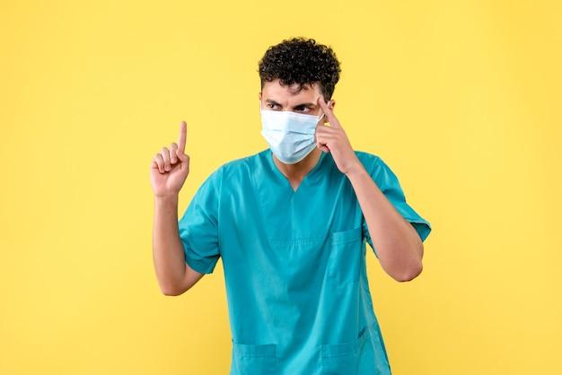正面図の医者医者はコロナウイルスの人について考えています
