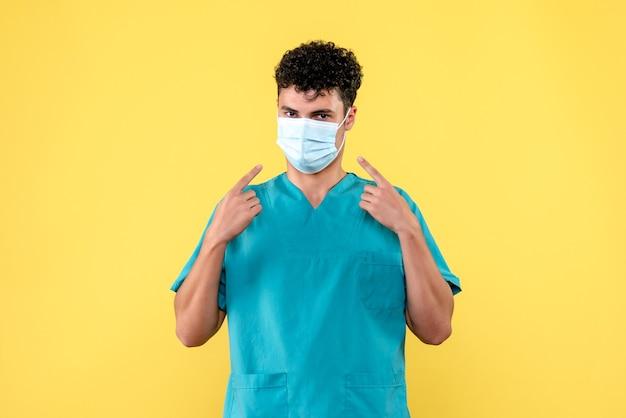 마스크 착용이 중요하다고 의사가 말하는 정면 의사