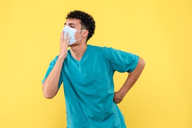 正面の医者医者は人々が正しくマスクを着用する必要があると言います