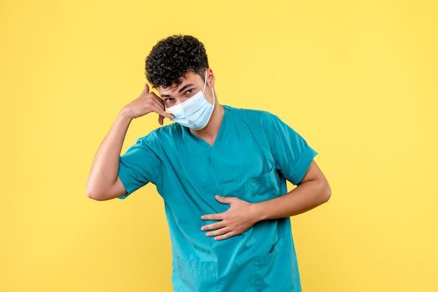 Доктор, вид спереди, врач говорит, чтобы вызвать скорую помощь, если у вас болит живот
