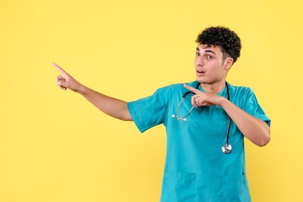 Доктор, вид спереди, доктор показывает в сторону