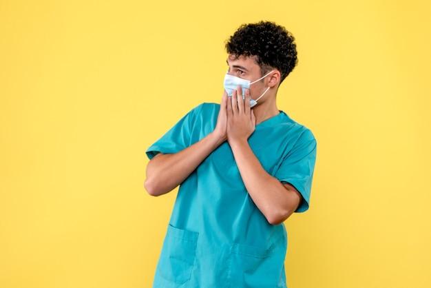 Врач: вид спереди: врач убеждает людей о новой волне коронавируса