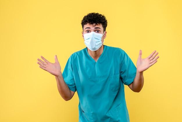 의사가 코로나 바이러스 감염의 부정적인 결과에 대해 경고하는 정면 의사